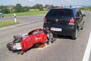 Das Motorrad prallte in das stehende Auto. (Bild: Zuger Polizei)