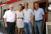 Andrea und Adrian Achermann übernehmen das Restaurant Rössli von den bisherigen Inhabern Josef Wyer (links) und Heinz Ulrich (rechts). (Bild: pd)