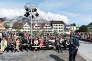 Das Glarner Stimmvolk an der Landsgemeinde im Mai 2013. Im Hintergrund ist das «Glarnerstübli» zu sehen. (Bild: Keystone/Christian Beutler)