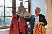 Paul Winiker mit Kostüm und Grend aus früheren Fasnachten. (Bild: Peter Soland (Luzern, 1. Februar 2018))