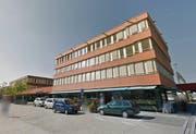 Am Bahnhof in Baar ist der Kleiderdieb den zivilen Fahndern ins Netz gegangen. (Bild: Screenshot Google Maps)