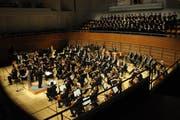 Das Luzerner Sinfonieorchester mit dem Staatlichen Chor Lettland und Solisten bei einem Konzert im Juni 2013 im KKL Luzern. (Bild: Boris Bürgisser / Neue LZ)