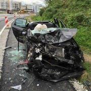 Das zertrümmerte, kleinere Auto. (Bild: Luzerner Polizei)