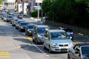 Stockender Verkehr durch Eschenbach. (Bild: Philipp Schmidli (Eschenbach, 13. Juni 2014))