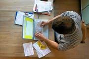 Mit der elektronischen Rechnung soll bei Zahlungen das Papier überflüssig gemacht werden. Im Bild: Ein Mann begleicht seine Rechnungen per Internet-Banking. (Bild: Keystone/Alessandro Della Bella)