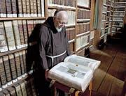 Bruder Oktavian Schmucki (1927–2018) in der Bibliothek des Klosters Wesemlin in Luzern.