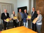 Knapp 10'000 Unterschriften wurden Parmelin zur Begrenzung des Fluglärms überreicht. (Bild: Luzius Hafen)