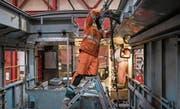 Arbeiter im Werk der SBB in Bellinzona, die bald in einen 360-Millionen-Neubau umziehen werden. (Bild: Gabriele Putzu/Keystone (Bellinzona, 3. Februar 2017))