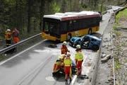 Kollision zwischen einem Postauto und einem Auto auf der Wägitalstrasse von Siebnen in Richtung Wägital. (Bild: Kantonspolizei Schwyz)