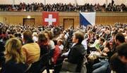 Gutbesuchte Einbürgerungsfeier im Zürcher Kongresshaus. (Symbolbild Keystone)