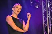 Stéphanie Berger am Comedy Abend des Lakeside Festivals Hergiswil am 7.7.16. Stéphanie Berger nahm sich selber auf die Schippe und riss die Besucher von Lachträne zu Lachträne (Bild: Birgit Scheidegger (Hergiswil, 7. Juli 2016))
