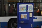 Können Autofahrer Parktickets künftig auch an Bus-Automaten lösen? (Symbolbild Boris Bürgisser)