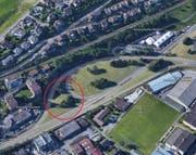 Im rot markierten Bereich werden die Strassenabwasser-Behandlungsanlage und das Retentionsbecken erbaut. (Bild: Google Maps)