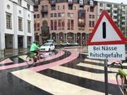 Velofahren vor dem Theaterplatz ist bei Regen mit Vorsicht zu geniessen. Die Stadt warnt neu mit einem Schild vor der Rutschgefahr. (Bild: Stefanie Nopper (03.10.2017, Luzern))
