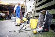 Manfred Stirnimann mit Gegenständen, die er kürzlich von den Dächern der Bahnhofperrons geräumt hat. (Bild Manuela Jans-Koch)