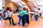 Konzentriert bei der Sache: Zuger Schülerinnen und Schüler messen ihre Sprachkenntnisse im Test am Tablet. (Bild: PD/ Bildungsdirektion des Kantons Zug)