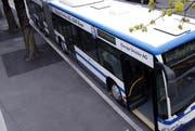 Ein Bus wurde in Cham in einen Unfall verwickelt. Im Symbolbild: Ein Bus der Zugerland Verkehrsbetriebe. (Bild: Werner Schelbert)