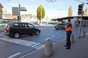 Immer wieder biegen Autos verbotenerweise von der Pilatusstrasse herkommend nach rechts zum Bahnhof ab. (Bild Philipp Schmidli)