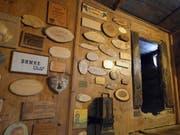 Der Bundesrat verzichtet auf eine Gedenkfeier zum 600. Jahrestag der Geburt von Niklaus von Flüe. Im Bild: Holzplaketten mit Danksagungen in der Bruder-Klaus-Pilgerstätte im Tal von Flüeli-Ranft. (Archvbild) (Bild: Keystone/URS FLUEELER)