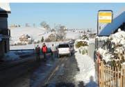 Kein Durchkommen auf dem Trottoir: parkierte Autos in Einsiedeln am vergangenen Sonntag. (Bild Kantonspolizei Schwyz)