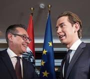 FPÖ-Chef Heinz-Christian Strache (links) und Europas jüngster Regierungschef, Sebastian Kurz (ÖVP). (Bild: Christian Bruna/EPA (Wien, 16. Dezember 2017))