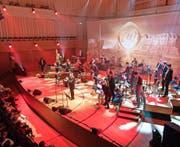 Christoph Walter und der Wilde Westen. Die Entertainment-Gala gab sich weltgewandt und farbenfroh. (Bild: Roger Grütter)