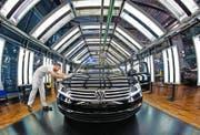 Ein VW-Fahrzeug wird in der Fabrik «Die gläserne Manufaktur» inspiziert. (Bild: Arno Burgi/EPA)