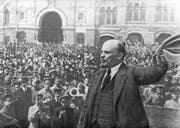 Oktober 1917: Während der Russischen Revolution wundet sich Lenin an die Menge auf dem Roten Platz in Moskau. (Bild: Photo by Universal History Archive/Getty Images))