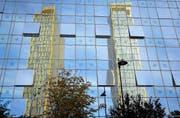 Die beiden goldenen Hochhäuser des Europäischen Gerichtshofes in Luxemburg spiegeln sich in der Fensterfront eines Nachbargebäudes. (Bild: Keystone/Peter Klaunzer)