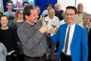 Ruedi Mazenauer, neuer Gemeinderat in Ebikon (rechts) und René Friedrich, Präsident der FDP Ebikon, stossen auf das Wahlergebnis an. (Bild: Philipp Schmidli (Ebikon, 4. März 2018))