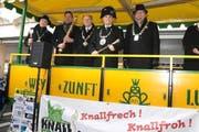 Die «Fasnachtsmeister» auf der Wagenbühne nach der Interview-Runde. (Bild: Heinz Steimann)