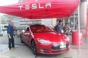 Stand von Tesla auf dem Bahnhofplatz in Luzern. (Bild Martina Medic)