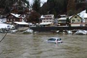 Das Auto in der Kleinen Emme bei Wolhusen. (Bild: Luzerner Polizei)