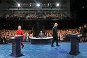 Die US-Präsidentschaftskandidaten Hillary Clinton und Donald Trump begeben sich vor der TV-Debatte an ihre Podien. (Bild: Joe Raedle/AP)