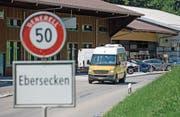 Vom Postauto der Linie 91 – hier ausgangs Dorf Ebersecken – profitieren heute vor allem Oberstufenschüler. (Bild: Corinne Glanzmann)
