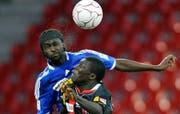 Matar Coly (Neuchâtel Xamax) und Boubacar Diarra (FC Luzern) kämpfen um dem Ball. (Bild Keystone)