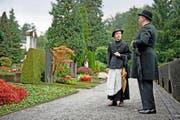 Die Schauspieler Irene Weber und Peter Schmid bei der gestrigen Probe zur szenischen Führung «Wie man sich bettet ...» auf dem Stadtluzerner Friedhof Friedental. (Bild: Corinne Glanzmann)