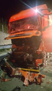 Eines der am Unfall beteiligten Sattelschlepper. (Bild: Kantonspolizei Uri)