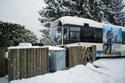 Der VBL-Bus geriet im Schneetreiben ins Rutschen und blieb in einem Zaun stecken. (Bild: Luzerner Polizei)