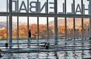 Das Hallenbad Allmend ist bei vielen beliebt: Hier trainiert der Schwimmklub Luzern. (Bild: Nadia Schärli (Luzern, 5. November 2015))