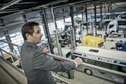 Robert Meyer, Vorsitzender der Geschäftsleitung Auto AG Group, mit Sicht auf die Produktionshalle am Firmensitz in Rothenburg. (Bild: Pius Amrein / Neue LZ)