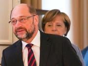 Wer geht als Sieger aus den Koalitionsverhandlungen in Berlin? SPD-Chef Schulz darf vor allem die Jusos nicht enttäuschen, sonst segnen die die Ergebnisse der Verhandlungen mit der Union zur Bildung einer neuen deutschen Regierung nicht ab. Im Hintergrund Bundeskanzlerin und CDU-Parteichefin Merkel. (Bild: KEYSTONE/EPA/OMER MESSINGER)