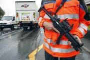 Schwer bewaffnet suchte die Polizei am 12. September nach einem Verdächtigen. (Bild: Keystone)