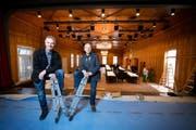 Res Dahinden (links), Leiter der Planungs- und Baukommission, und Gemeinderat Tony Weibel im frisch renovierten «Adler»-Saal. (Bild Dominik Wunderli)