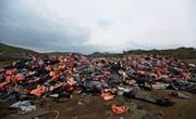 Rettungswesten dokumentieren die risikoreiche Überfahrt der Migranten. Bild: Thanassis Stavrakis/AP (Lesbos, 16. März 2017)