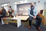 Der Steinhauser Ricardo Alves hat ein Sitzmöbel und ein schwebendes Bett konstruiert. (Bild: Werner Schelbert (Zug, 3. Dezember 2017))