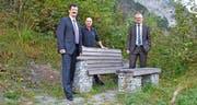 Von links: Edgar Walker, Dave Knecht und Urban Camenzind mit einer Steinbank aus der Kollektion des Vereins Sprungbrett. Bild: PD (September 2016)