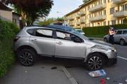 Das Auto blieb nach dem Überschlag quer zur Fahrbahn stehen. (Bild: Luzerner Polizei)