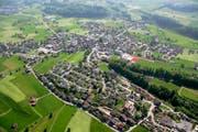 Die Holzbau Bucher AG plant auf ihrem grossen Parkplatz in der Bildmitte eine neue Halle. (Bild Daniel Reinhard)