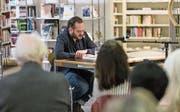Jonas Lüscher liest in der Bibliothek Zug aus seinem Roman. (Bild: Roger Zbinden (18. Februar 2017))